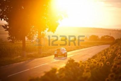 20964080-bukareszt,-rumunia---3-lipca-2013-r.--bmw-m3-samochód-jedzie-przez-piękne-krajobrazy,-na-zachodzie